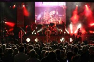 200610 300x200 - Mundflammenwerfer und Leinwand Premiere